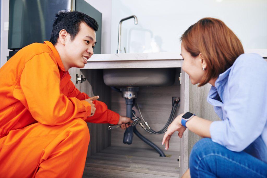 O atributo alt desta imagem está vazio. O nome do arquivo é plumber-fixing-pipes-L6CGVSD-1024x684.jpg